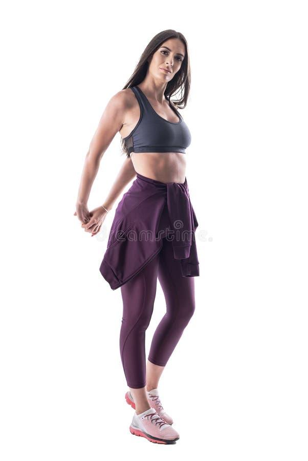 Modelo latino atlético apto de la aptitud de la mujer que estira los músculos de los brazos detrás de la parte posterior fotos de archivo libres de regalías