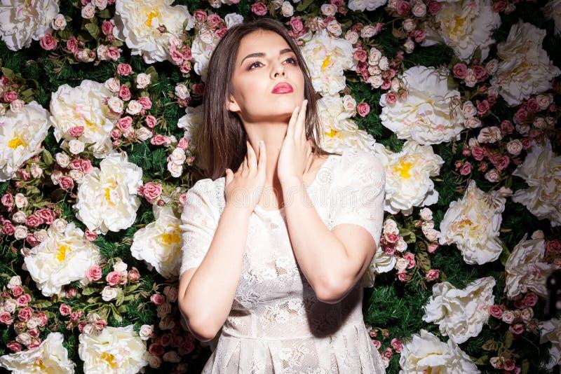 Modelo lindo bonito no fundo da flor na foto do estúdio imagens de stock
