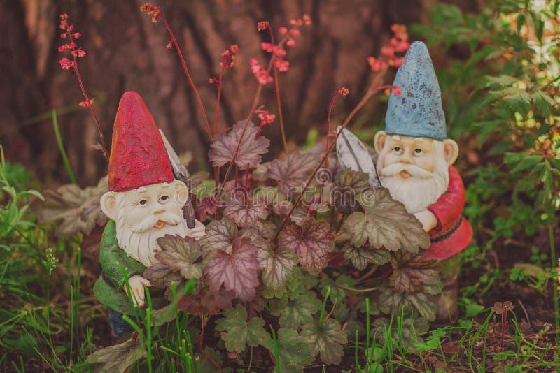 Modelo lindo del jardín de los gnomos, jardinero con las tijeras foto de archivo libre de regalías