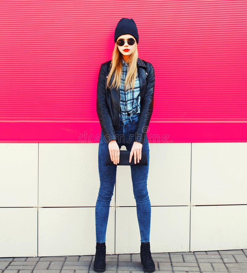 Modelo louro à moda da mulher no revestimento vestindo de levantamento completo do estilo do preto da rocha, chapéu, com a embrea fotos de stock