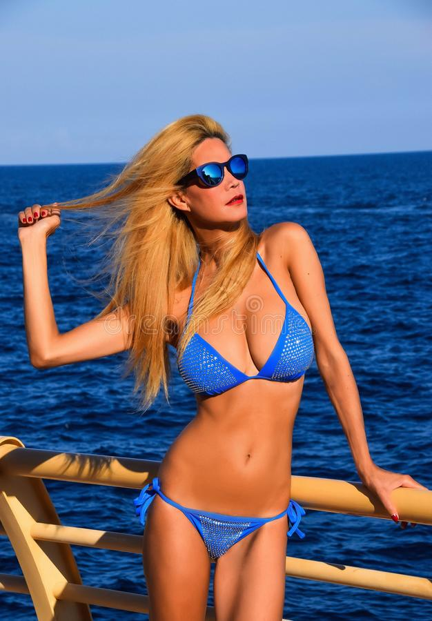 Modelo louro bonito na piscina fotografia de stock royalty free
