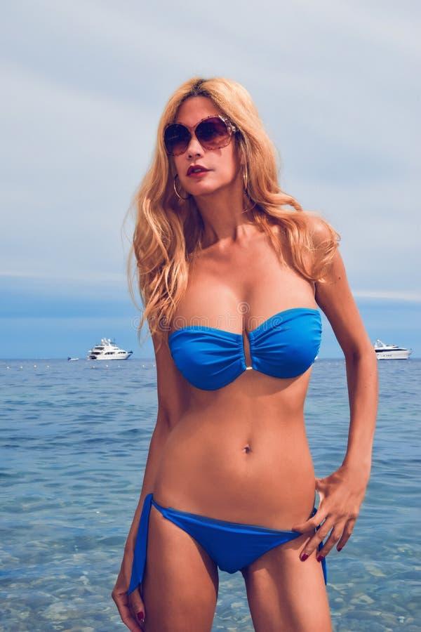Modelo louro bonito na piscina imagem de stock royalty free