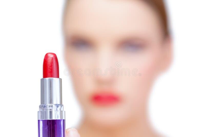 Modelo louro do Nude que guarda o batom vermelho foto de stock