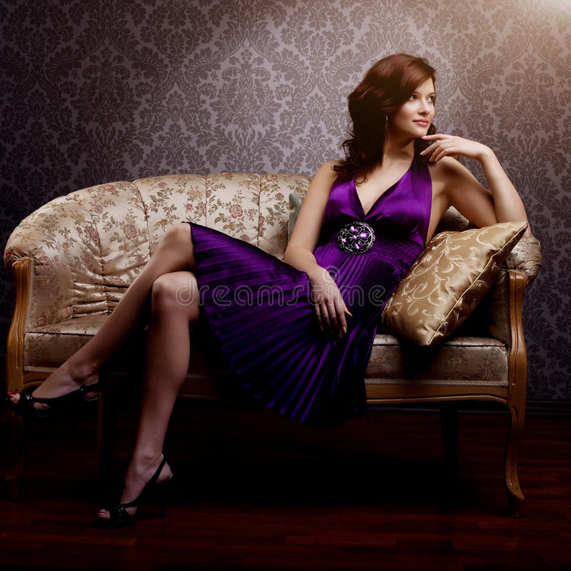 Modelo luxuoso da forma no vestido roxo Menina nova do estilo da beleza B fotografia de stock royalty free