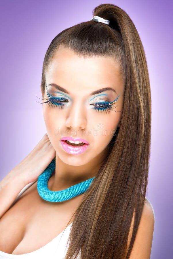Modelo luxuoso extremo da composição. Mulher bonita com cabelo e pele saudáveis imagem de stock royalty free