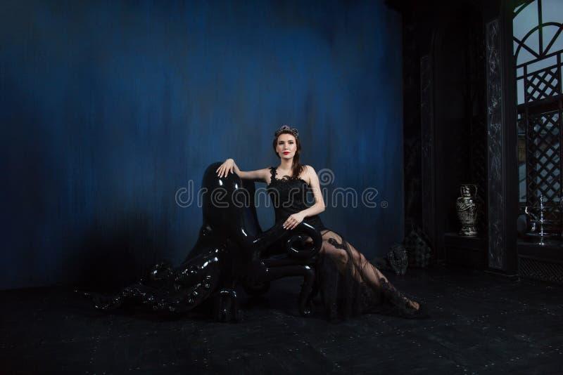 Modelo magnífico en interior gótico foto de archivo