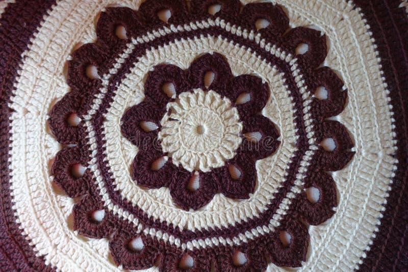 Modelo marrón y blanco circular del ganchillo para la almohada hecha a mano fotos de archivo libres de regalías