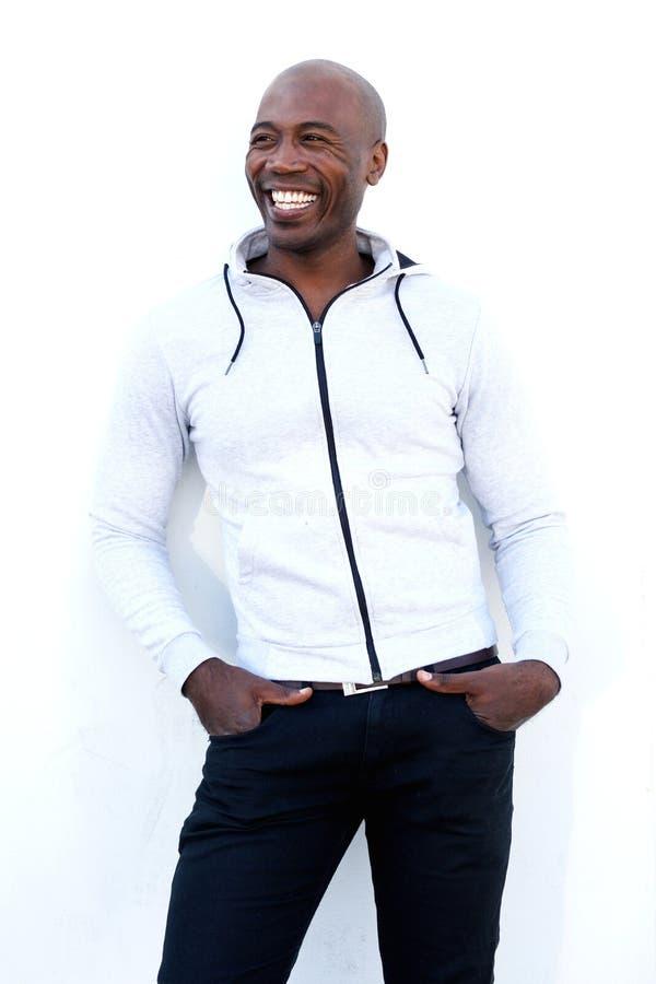 Modelo masculino africano à moda que levanta contra o fundo branco imagem de stock royalty free