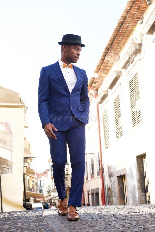 Modelo masculino afro-americano do corpo completo no terno do vintage e chapéu que anda na cidade fotografia de stock royalty free