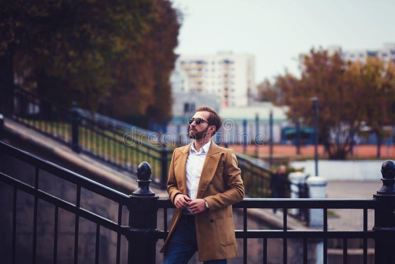 Modelo masculino confiado en capa elegante foto de archivo libre de regalías