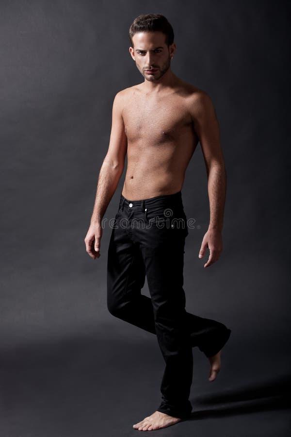 Modelo masculino de la manera con mezclilla negra imagen de archivo libre de regalías