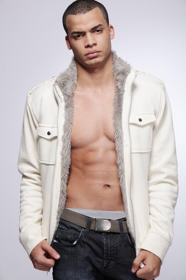 Modelo masculino de la manera joven en fondo gris. imagenes de archivo