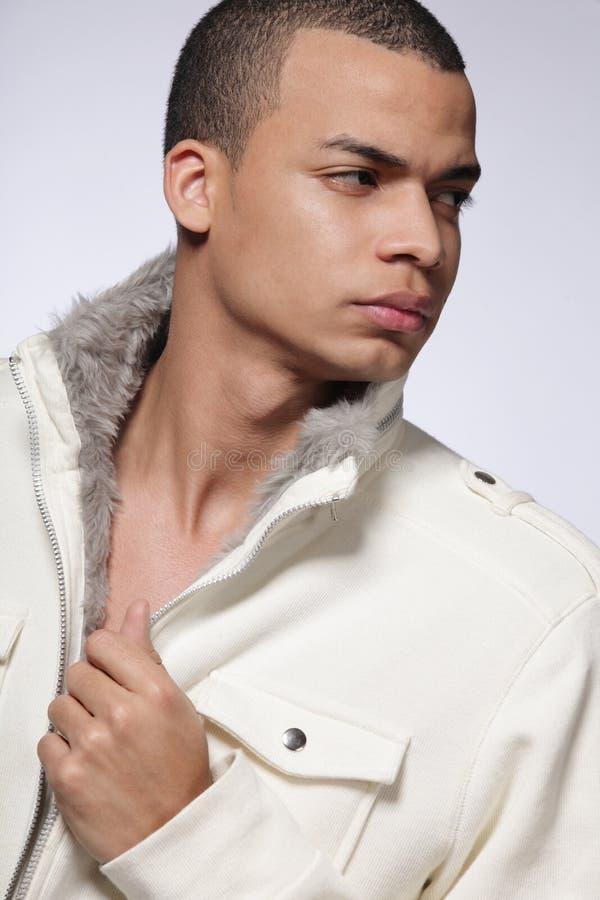 Modelo masculino de la manera joven en fondo gris. fotografía de archivo