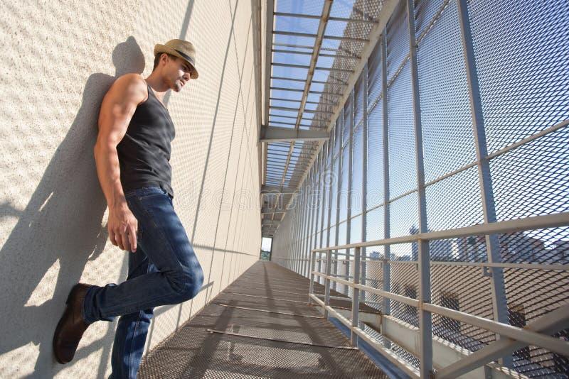 Modelo masculino de la moda hermosa en una ubicación sucia imagen de archivo libre de regalías