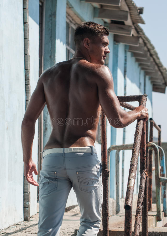 Modelo masculino descamisado fotografia de stock