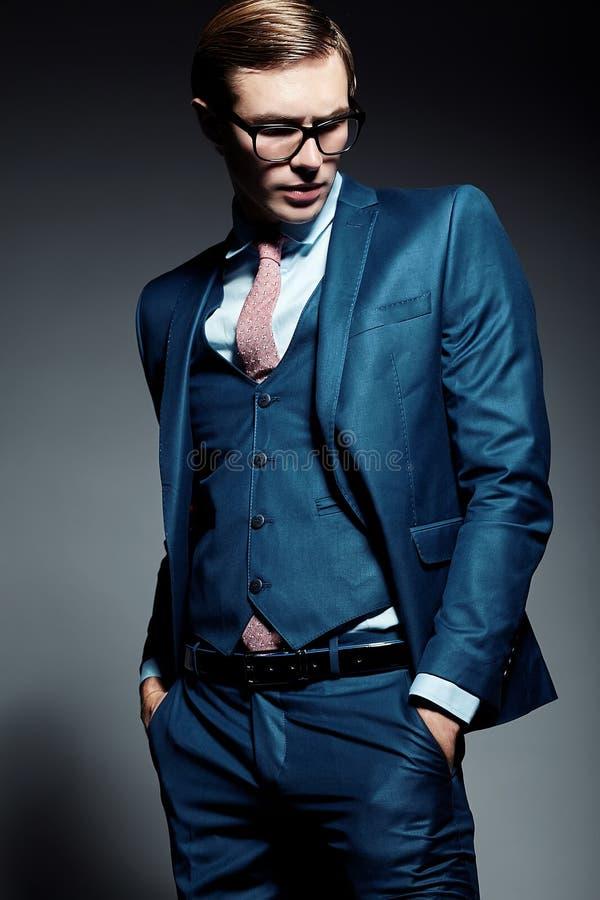 Modelo masculino do homem de negócios considerável elegante novo que levanta no estúdio imagem de stock royalty free