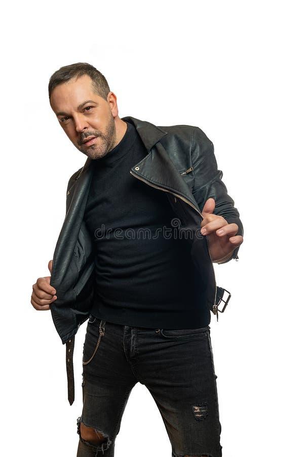 Modelo masculino expressivo na roupa de couro na frente do fundo branco foto de stock royalty free