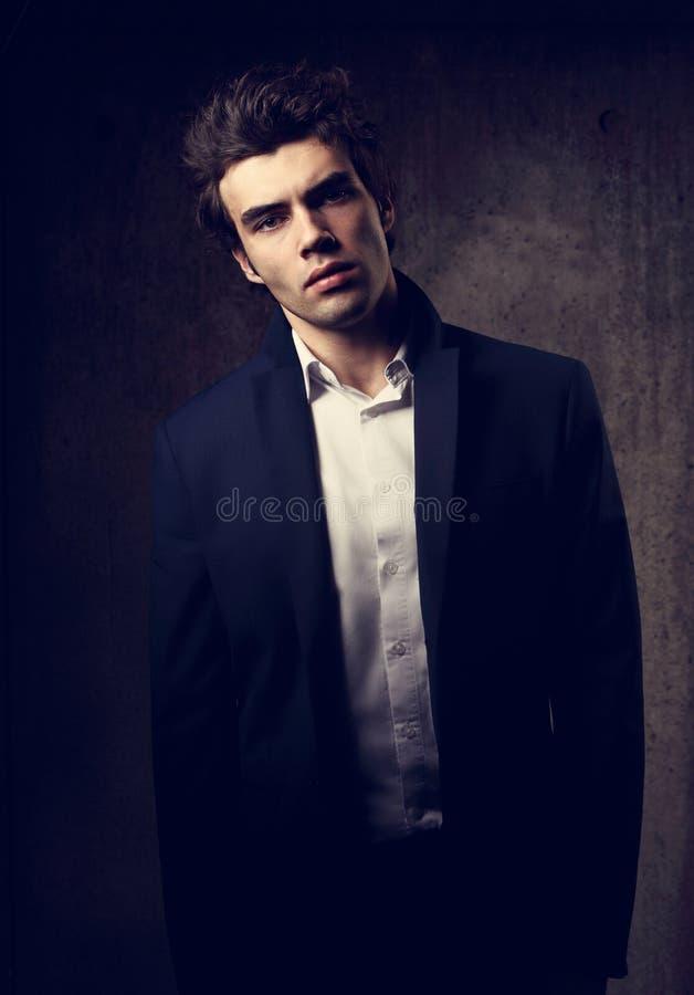 Modelo masculino hermoso que presenta en traje de la moda y la camisa blanca del estilo fotografía de archivo