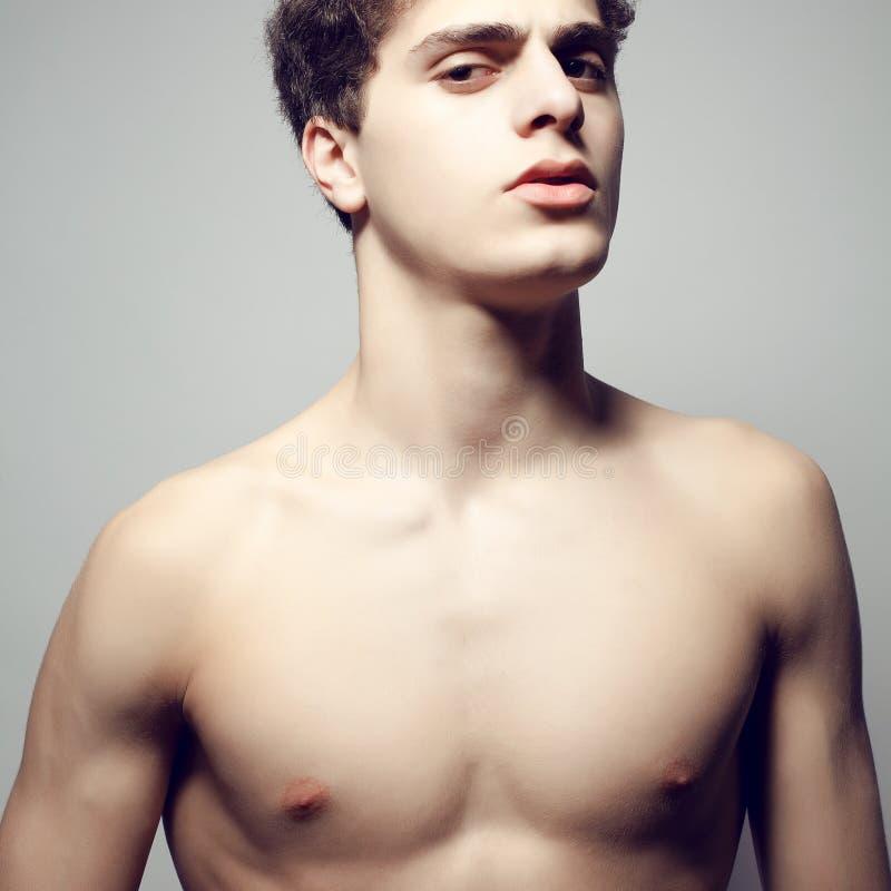 Modelo masculino muscular (hermoso) hermoso con el cuerpo agradable imagen de archivo libre de regalías