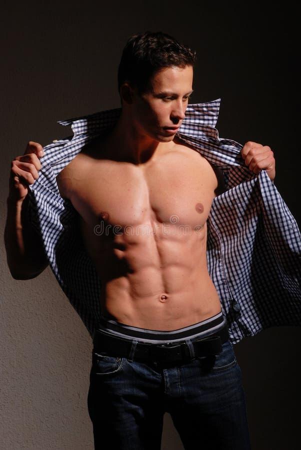 Modelo masculino musculoso fotografía de archivo libre de regalías