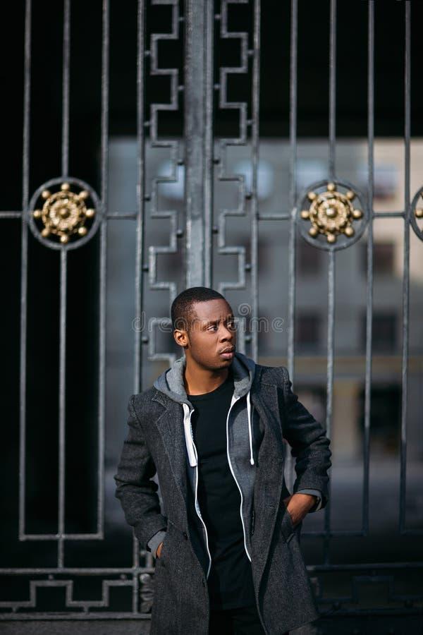 Modelo masculino negro pensativo Vida urbana imágenes de archivo libres de regalías