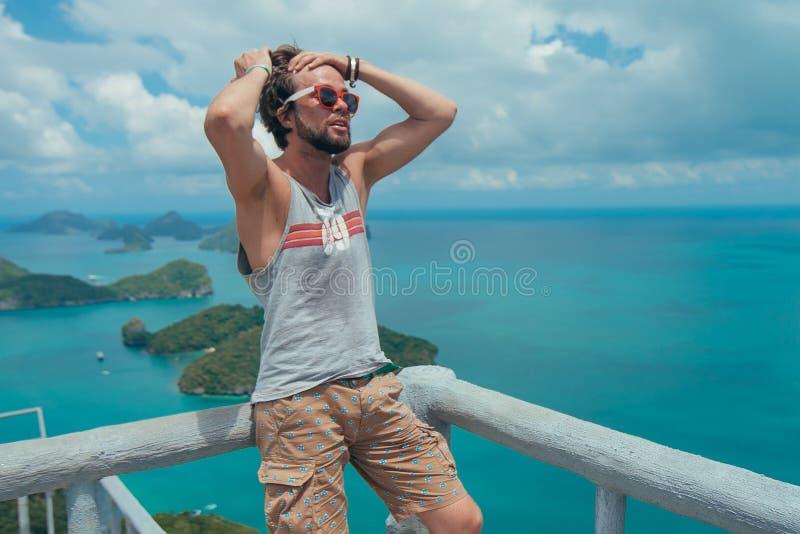Modelo masculino no mar dos azuis de Tailândia e em opinião surpreendente do céu fotografia de stock