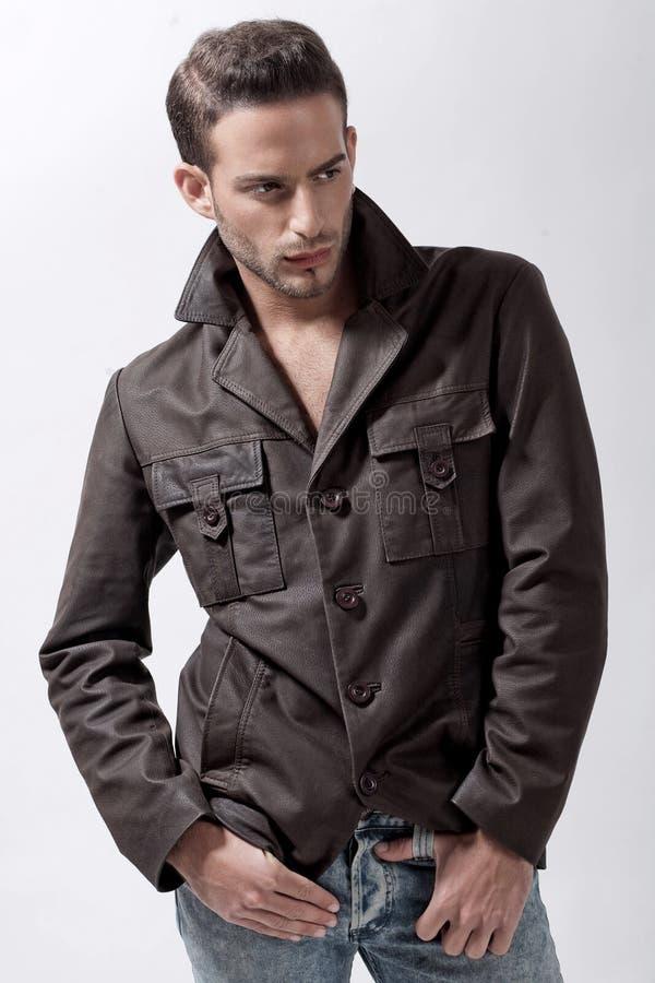 Modelo masculino novo com revestimento marrom imagens de stock