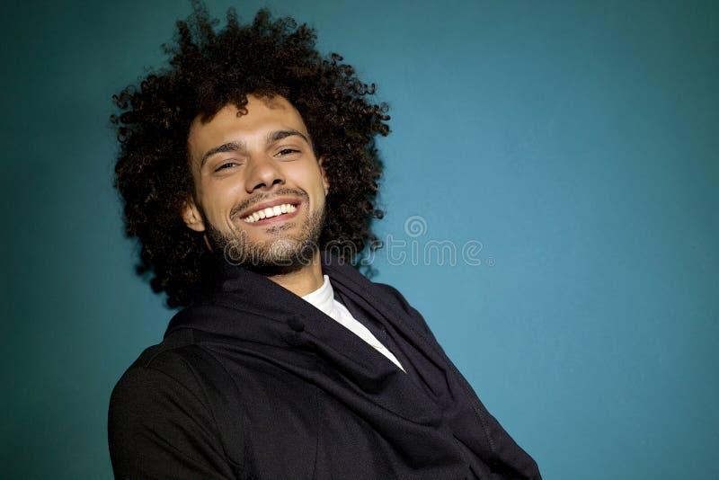 Modelo masculino sonriente feliz de la moda que presenta en estudio fotografía de archivo