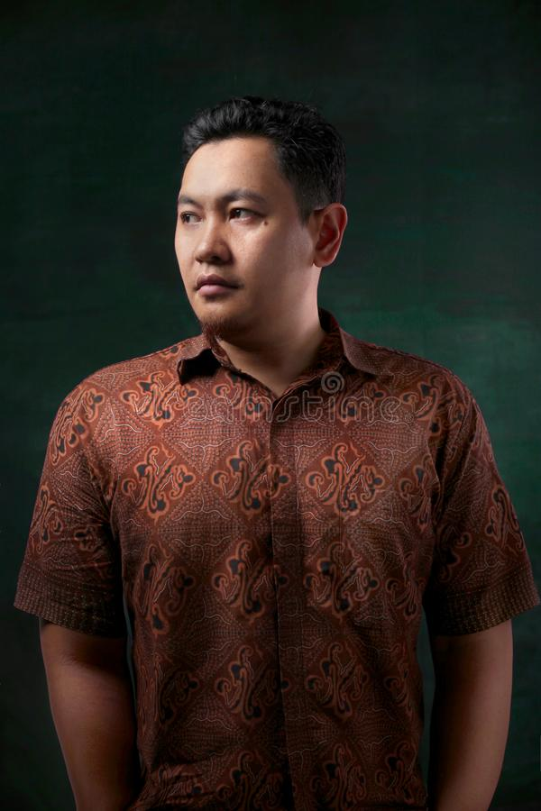 Modelo masculino Wearing Batik Shirt do retrato foto de stock royalty free
