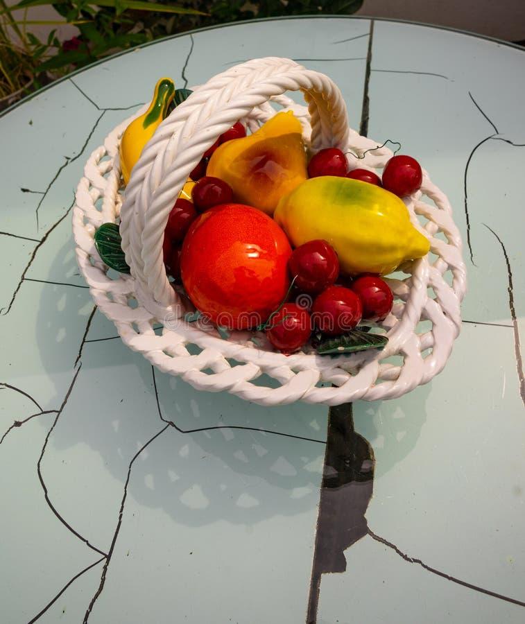 Modelo mezclado de las frutas en una tabla vieja foto de archivo