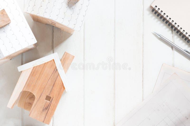 Modelo miniatura de la casa con plan de la casa fotos de archivo