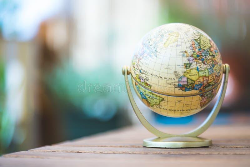 Modelo miniatura del globo en una tabla de madera rústica Símbolo para viajar fotos de archivo libres de regalías