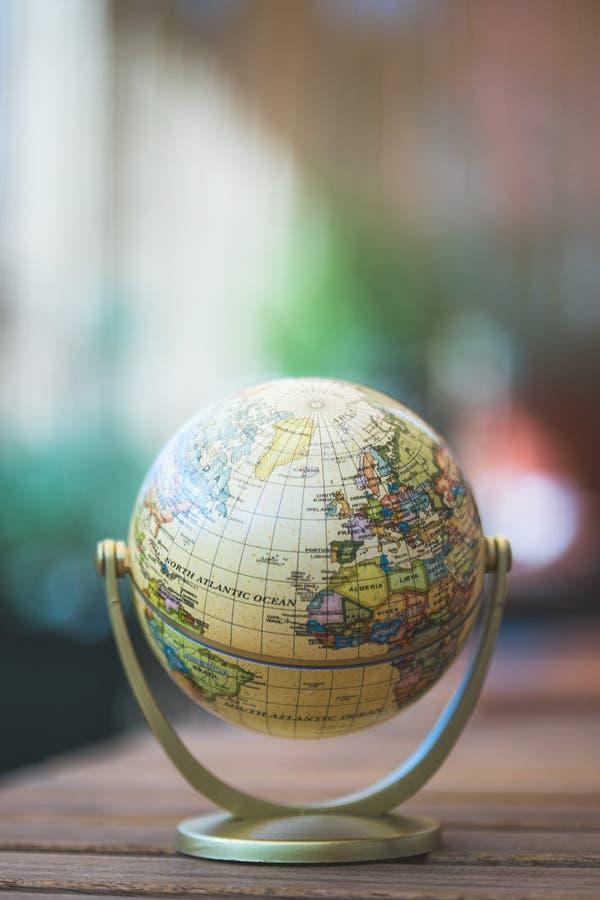 Modelo miniatura del globo en una tabla de madera rústica Símbolo para viajar fotos de archivo