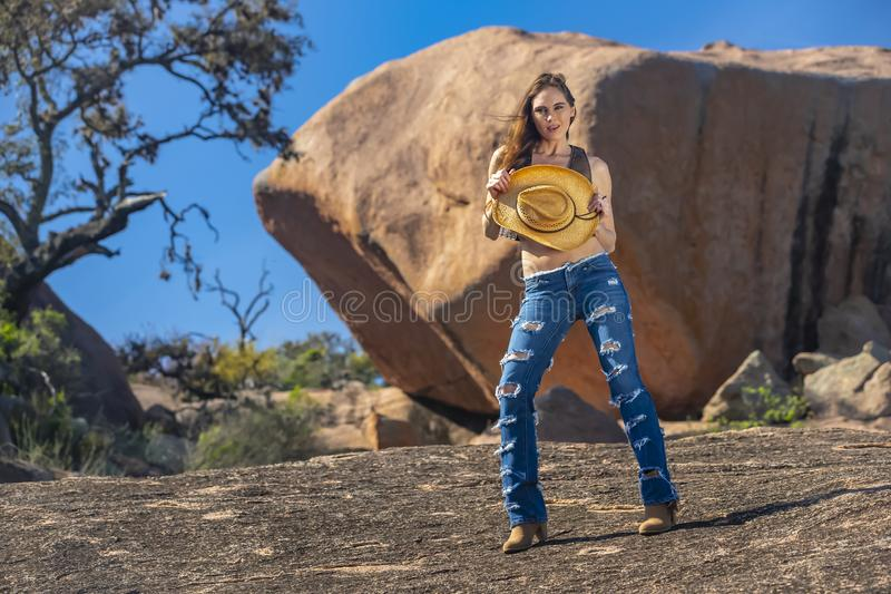 Modelo moreno bonito Posing Outdoors da vaqueira imagem de stock royalty free