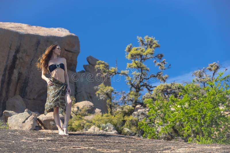 Modelo moreno bonito Posing Outdoors da vaqueira imagens de stock royalty free