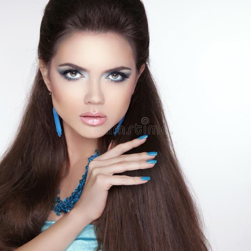 Modelo moreno da menina da forma da beleza com composição, polimento manicured fotografia de stock royalty free