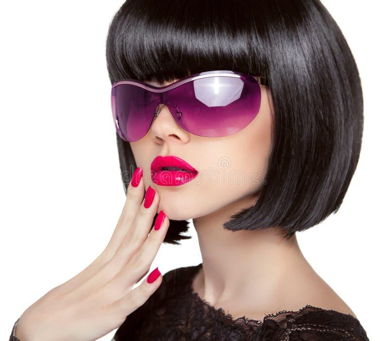 Modelo moreno en gafas de sol de la moda Wi hermosos de la mujer del encanto foto de archivo