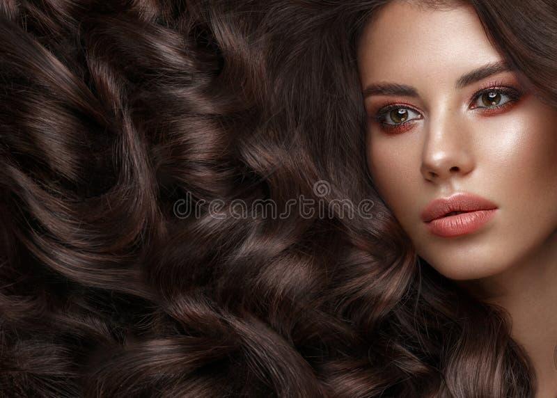 Modelo moreno hermoso: rizos, maquillaje clásico y labios llenos La cara de la belleza imagen de archivo libre de regalías