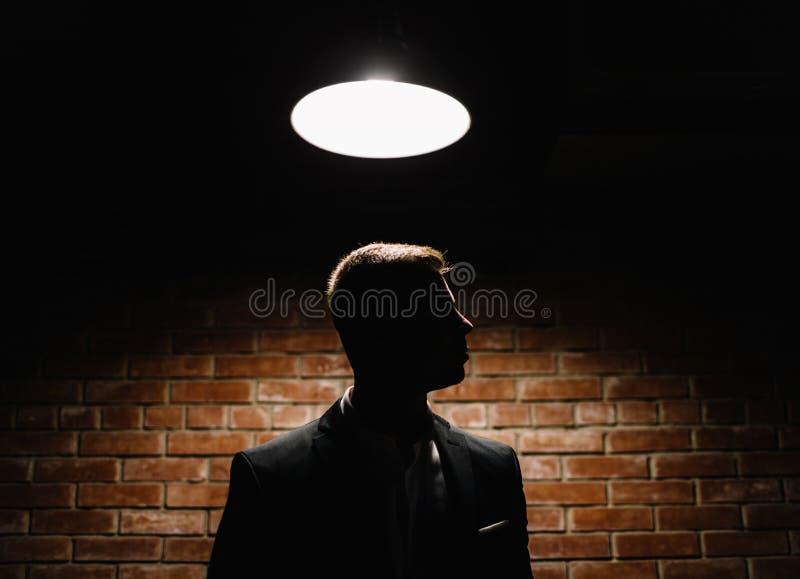 Modelo moreno joven hermoso, llevando en traje blanco y negro, fotos de archivo libres de regalías
