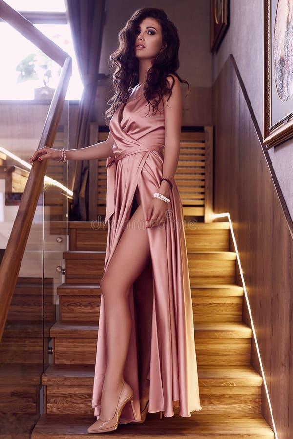 Modelo moreno sensual lindo no vestido cor-de-rosa da forma perto do s foto de stock royalty free