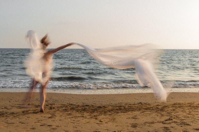 Modelo moviendose. Modelo bailando en la orilla del mar stock images