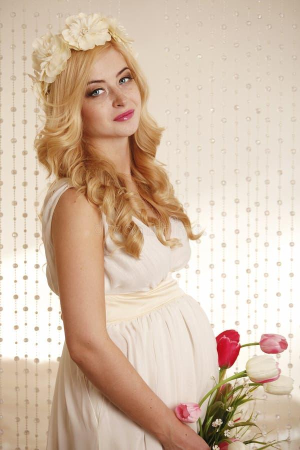 Modelo, mulher, louro, grávido no interior fotografia de stock