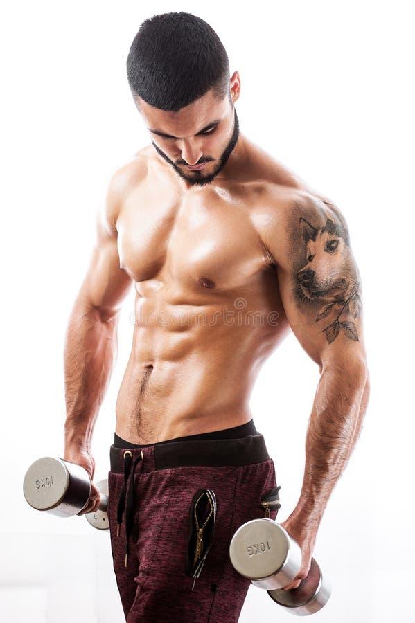 Modelo muscular 'sexy' da aptidão com torso tattooed imagens de stock