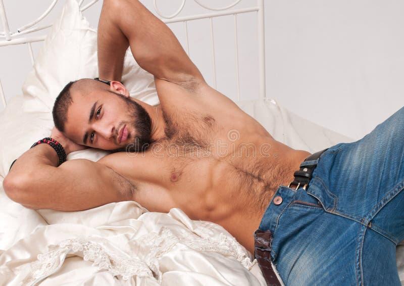 Modelo na cama imagem de stock