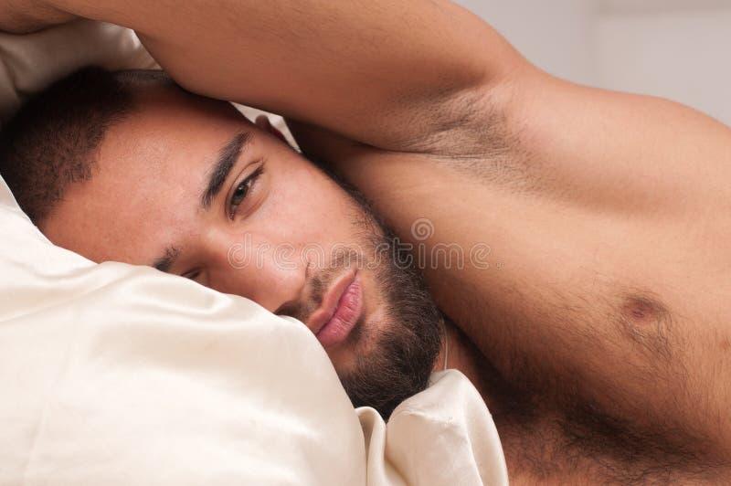 Modelo na cama imagens de stock royalty free