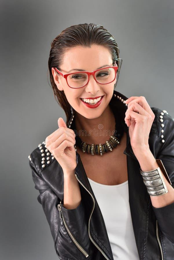Modelo na moda da mulher no couro preto com acessórios foto de stock
