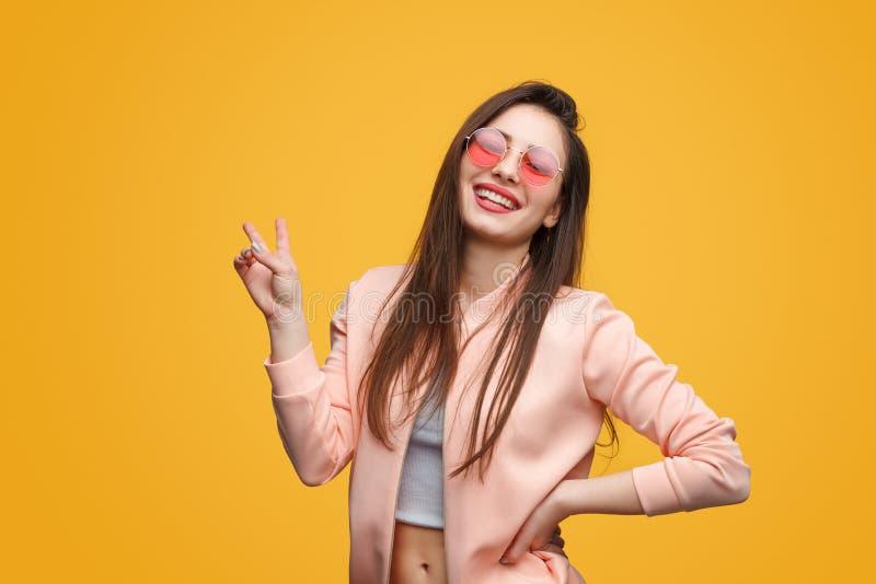 Modelo na moda que mostra dois dedos imagens de stock
