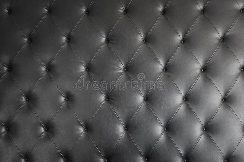 Modelo negro del sofá del cuero auténtico como fondo fotografía de archivo