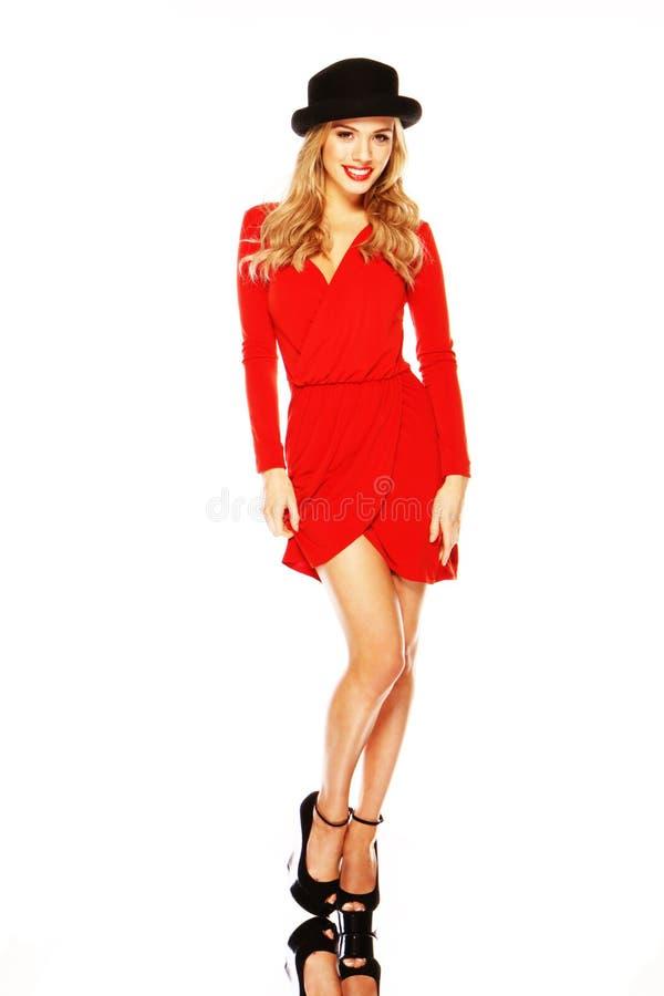 Modelo no equipamento vermelho chique que indica os pés foto de stock