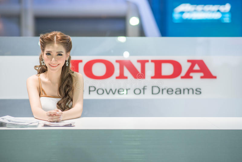 Modelo no identificado con el coche de Honda en la expo internacional 2015 del motor de Tailandia fotografía de archivo